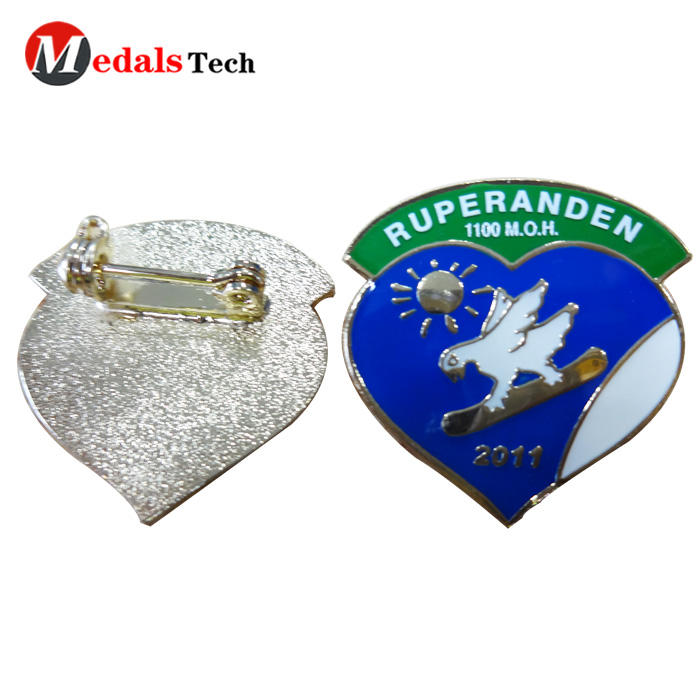 2019  professional design 3d logo metal heart shape badge for clothes
