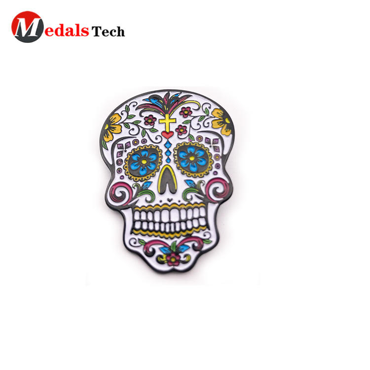 Wholesale creative black plated zinc alloy skulls pin badge with color filled