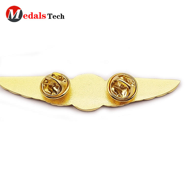 Cheap fashion gold plated unique  wings shaped metal badge